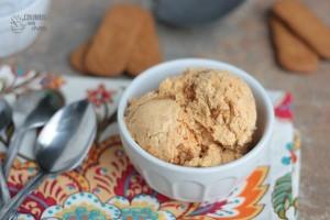 Pumpkin Caramel Cookie Ice Cream | Crumbs and Chaos #pumpkin #icecream #biscoff www.crumbsandchaos.net