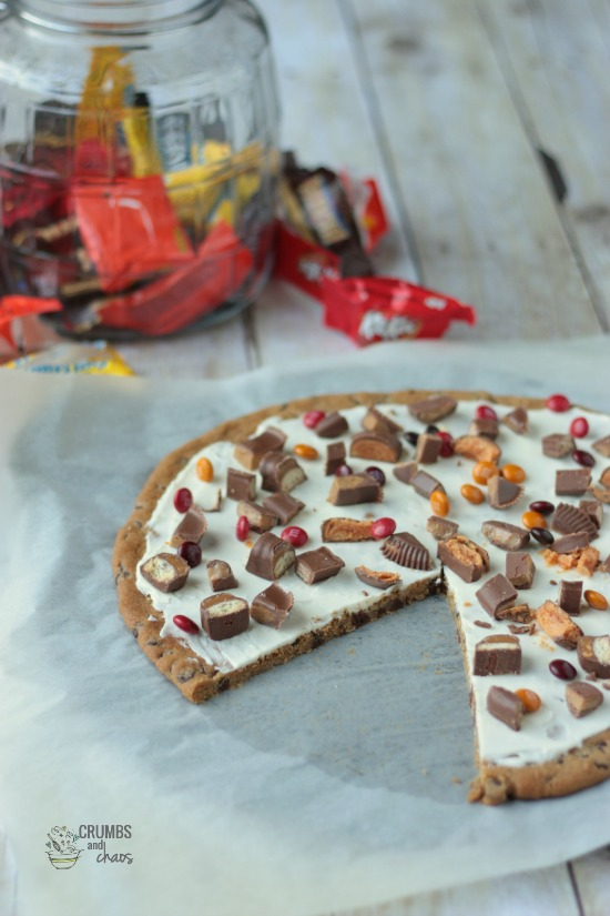 Trick or Treat Dessert Pizza | Crumbs and Chaos #candybar #halloween #fall  www.crumbsandchaos.net